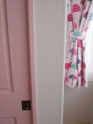 ピンクの収納扉とカーテン