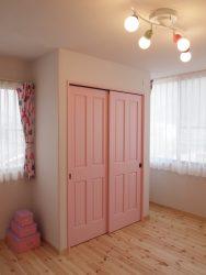 ピンクをベースにした女の子部屋のインテリア