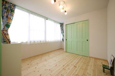男の子部屋はグリーンのドアとカーテンのインテリアに