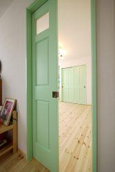 男の子部屋の入り口はグリーンの引き戸