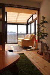 既設のサンルームはレインドロップガラスの建具でクローズ可能