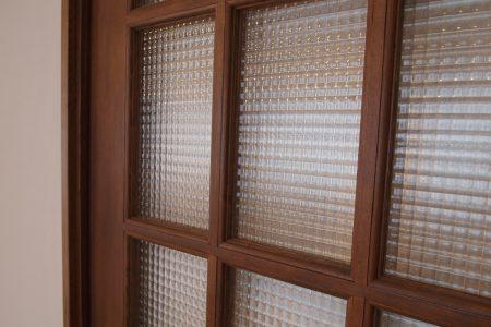 チェッカーガラスのドア
