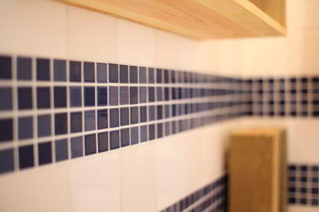 ブルーのモザイクタイルのラインもアクセントにしたサブの洗面所