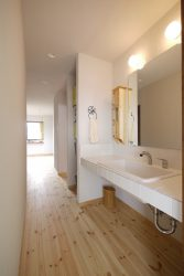 空間を暗くしないために、廊下と連続した洗面所
