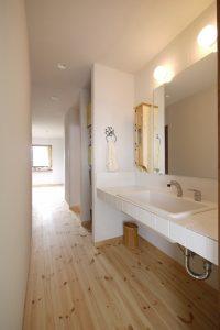 廊下と連続した洗面所