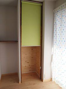 ポップなテイストの脱衣兼洗濯室では部屋干しも可能