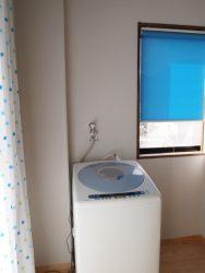 物干しを考えた広めの脱衣室です。ブルーのロールスクリーン。