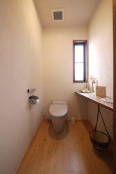 グレーで落ち着いた色のトイレ
