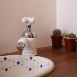 陶器のハンドルの手洗い水栓