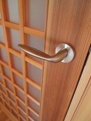 リビング入り口のドアとシンプルなレバーハンドル