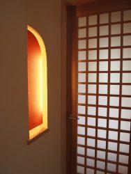 玄関からリビングに入るドアと飾り棚
