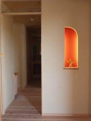 玄関と赤い壁の飾り棚