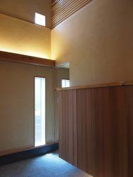玄関の間接照明と下足箱