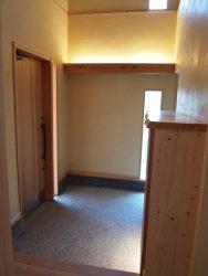 玄関土間は間接照明と自然光を活かした空間
