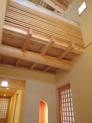 玄関と2階の共有空間は吹抜けと階段を通してつながっています