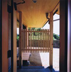 玄関ポーチ正面は庭が丸見えにならないように格子を設けています