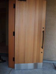 板張りの建具と鉄のハンドル