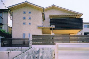 横格子のラインと小窓が特徴の外観