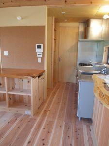 キッチン背面に冷蔵庫や家電収納棚を設けています