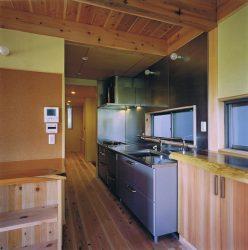 自然素材中心の住まいにステンレスのキッチンが空間を引き締めています