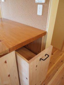 ダイニングキッチンの作業台下部に炊飯器置場