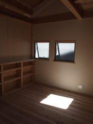 北側の窓は小さく。風通しをよくするための窓です。