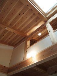 杉の天井材がとても美しい子ども部屋