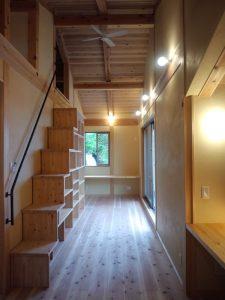 デスク2か所と階段型本棚のある空間
