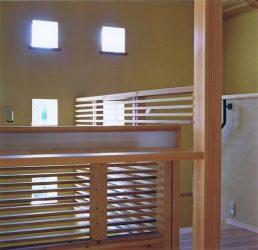 階段横のデスクから見える6つの小窓