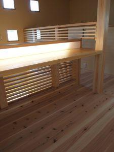 格子と一体になった階段横のデスク