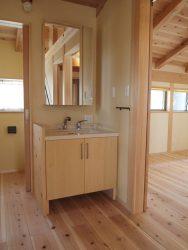 フリースペースに面したサブ洗面台とトイレ