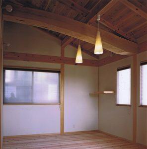 丸太梁のある主寝室