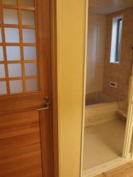 洗面所から見た浴室。浴室ドアは引き戸です。