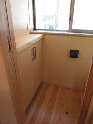 2階トイレにトイレットペーパーなどをストックできる収納