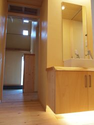 リビングや玄関にも近い位置にある手洗い