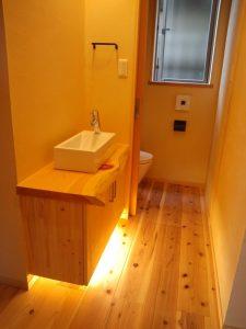 1階は来客用にも使える手洗いをトイレの外に設けています