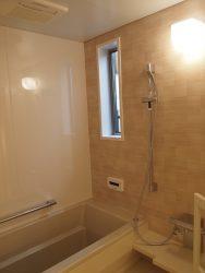 シンプルなセレクトの浴室。鏡や棚は設けていません。