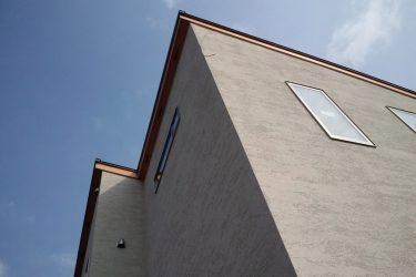 「岡山の家」のシンプルな外壁