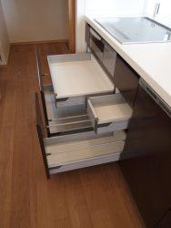 収納するものに合わせて内引出しの奥行が異なるキッチンキャビネット