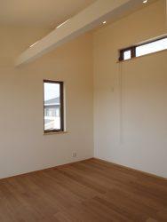 勾配屋根の子ども部屋。将来的に二部屋に仕切ることも可能