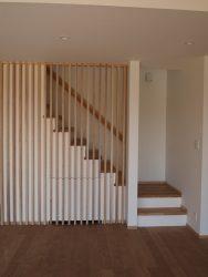 格子のある階段の下部には収納があります