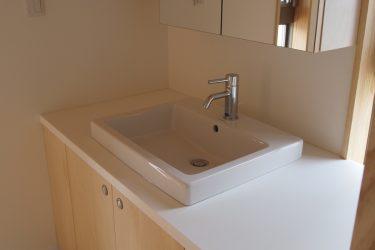オリジナルの明るい洗面台