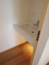 2階のトイレの手洗いは大きめのボウルを設けています