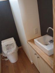 リビングに近い1階トイレは小さな手洗を設けています