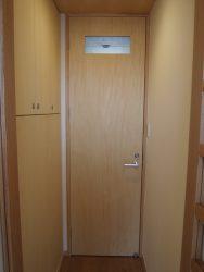 1階トイレ前の収納は脱衣室の洗濯機置場上の収納とつながっています
