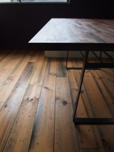 黒皮鉄の脚のテーブル