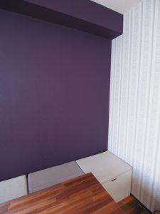 壁紙、ペイントした紫色の壁と合うようなベンチクッション