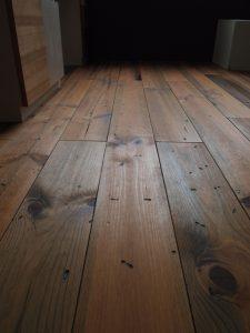 アンティーク加工のボルドーパインの床