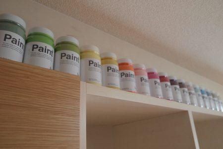 収納家具の上に小さい塗料