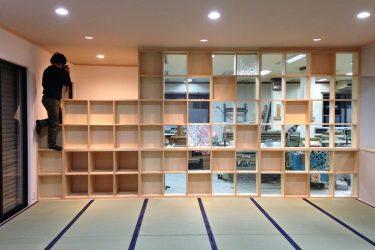 格子のパーティションを設け作業場とショールームを共存させます